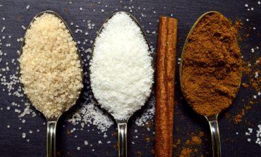 różne rodzaje cukru na łyżeczkach